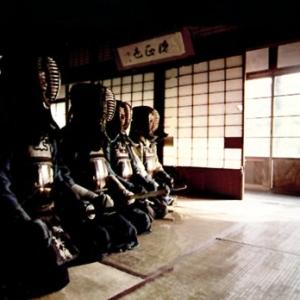 """E' molto difficile poter parlare di Kendo senza considerare la storia e l'evoluzione della cultura Giapponese. Potremmo dire con sicurezza che l'evoluzione di tale disciplina ha seguito l'evolversi di momenti storici diversi. Il Giappone è l'ultimo dei paesi asiatici che si sia conformato ad uno stile di vita prettamente occidentale, per contro però è tra i paesi """"occidentalizzati"""" uno dei più attaccati alle proprie tradizioni."""