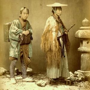 """...""""Il sapone rimase sconosciuto fino al XVI secolo per cui spesso si passava sul corpo la pietra pomice che levigava e puliva. Per dormire il samurai usava materassi di paglia e un blocco di legno come cuscino. Si spogliavano degli abiti esterni, ma restavano con la biancheria. Gli spostamenti erano rari in tempo di pace in quanto le strade si presentavano impervie e pericolose e le distanze erano sempre considerevoli. Viaggiavano a cavallo e raramente in palanchino o in carri ...."""