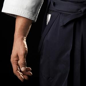 """...""""La relazione fra mente e corpo, indica l'unione fra due culture complementari, Oriente e Occidente. L'assimilazione fra i due mondi prospettata in campo artistico, musicale e letterario, ma ancora oggi fuori dallo scenario sociopolitico, resta il dilemma e il travaglio di un mondo che ha bisogno di ritrovare le stesse origini. La comunione dell'aikido usata nel suo significato marziale come soluzione dei suoi conflitti interiori, indica una nuova strada di espressione per il praticante""""..."""