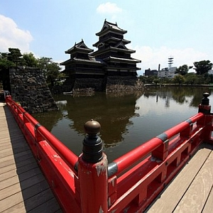 Nell'architettura civile si delineò il modello delle abitazioni dei samurai tipiche di questo periodo, shoin-zukuri, caratterizzate dall'impiego di divisori interni come porte scorrevoli (fusuma) e paraventi pieghevoli (byobu), particolarmente adatti ad accogliere pitture decorative di grandi dimensioni...