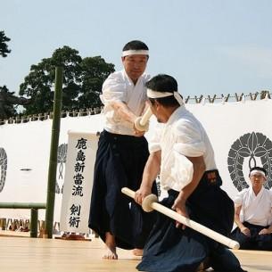 """...""""Ancor di più mi ha mostrato un registro con i nomi delle persone che erano entrate alla Kashima Shinto-ryu e avevano eseguito keppan (lett., """"sigillo di sangue"""", firmare il registro d'iscrizione e sigillarlo con il proprio sangue come pegno di sincerità e di serietà d'intenti) prima della II guerra mondiale. Uno dei nomi nel registro era quello di Morihei Ueshiba, insieme a quello del suo discepolo Zenzaburo Akazawa""""..."""