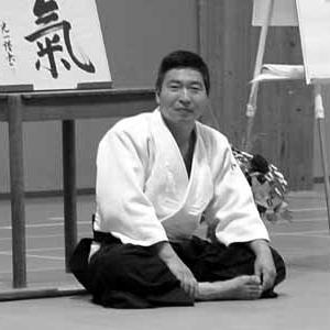 La base è l'insegnamento della Pratica del KI. Successivamente si deve praticare nella vita quotidiana, questa è l'unica via; ma è alquanto difficile. Il motivo per cui io insegno il ki aikido, è legato al fatto che noi usiamo i principi del KI per la pratica dell'arte marziale fisica aikido, così la gente ha un buon esercizio e questa pratica può essere integrata nella vita quotidiana più facilmente....