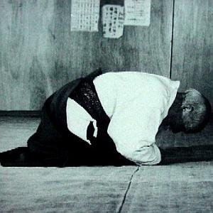 """...""""Nonostante noi occidentali pratichiamo discipline tradizionali come l'Aikidô, non siamo di certo obbligati ad essere shintoisti o fanatici rispetto ad una cultura che non ci appartiene, ma esistono alcuni modi di comportarsi ed alcuni aspetti """"filosofici"""", senza i quali l'Aikidô, come le altre discipline tradizionali, non avrebbe più lo stesso senso""""..."""