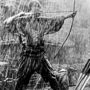 I sette samurai di Akira Kurosawa. Un film la cui potenza cinematografica e la cui profonda umanità travalicano, inossidabili e imperituri, i confini geografici e generazionali, perché latori di un messaggio poetico universale, che ci fa collocare oggi il regista giapponese accanto ai nomi più illustri e leggendari del genio creativo di ogni epoca e nazionalità.