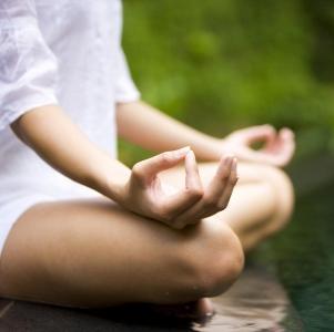 Lo Yoga comporta un radicale cambiamento di atteggiamento psico-emotivo e spirituale nei confronti della vita in generale e del ruolo di ognuno di noi in particolare, di solito inconciliabile con il modo di vivere peculiare dell' Occidente, e, ai nostri giorni, anche di gran parte dell'Oriente. Il mutamento dell'atteggiamento spirituale di chi pretende di diventare yogin differisce radicalmente dallo Zen, con il quale condivide parte dei mezzi e l'obiettivo finale che è l'illuminazione suprema