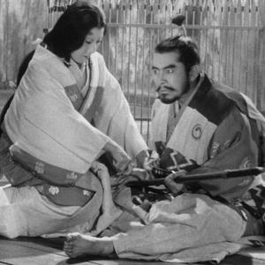 Kurosawa scava sotto la perfezione del capolavoro di Shakespeare e riporta in immagine la carica barbarica e destabilizzante del testo. Il trono di sangue è un'opera squisitamente sperimentale : rilegge una tragedia tutta occidentale (ma al fondo universale) con i gesti trattenuti e compressi del Teatro No.