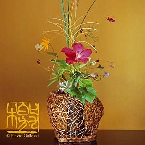 """""""La filosofia dell'Ikebana è che ciascuno trovi la propria filosofia in modo autonomo, strada facendo."""" Akiko Gonda, flower artist giapponese residente a Milano, allestirà un ikebana di fiori recisi di fronte al pubblico che potrà cosi assistere in diretta alla creazione rituale di un'opera d'arte che è al contempo un'alta espressione della filosofia Zen."""