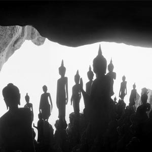 Kenro Izu, territori dello spirito - Modena  La raffinata ricerca artistica di Kenro Izu è al centro di una mostra interamente dedicata al lungo lavoro che ha condotto l'artista ad esplorare i più importanti luoghi sacri del mondo: dalle Piramidi dell'Egitto alle antiche pietre dello Stonehenge, dalla città di Angkor in Cambogia ai templi buddisti in India e Indonesia, dal deserto della Siria alle alte vette del Tibet.